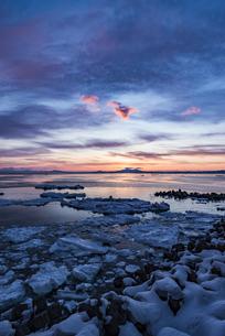 流氷と国後島の写真素材 [FYI04304723]