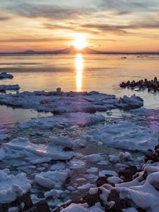 流氷と国後島の写真素材 [FYI04304725]