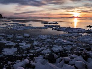 流氷と国後島の写真素材 [FYI04304726]