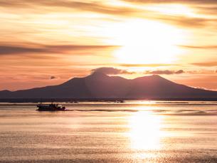 漁船と国後島の写真素材 [FYI04304727]
