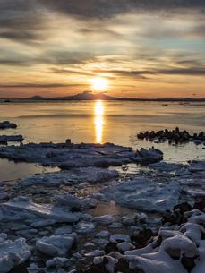 流氷と国後島の写真素材 [FYI04304728]
