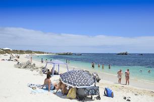 オーストラリア・西オーストラりア州のフリーマントルから沖合約18kmのインド洋に浮かぶ小島ロットネスト島の多くの人で賑わうビーチの光景の写真素材 [FYI04304949]
