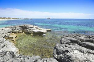 のフリーマントルから沖合約18kmのインド洋に浮かぶ小島ロットネスト島の多くの人で賑わうビーチと青い海と白い雲の光景の写真素材 [FYI04304953]