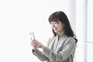 スマートフォンと女性の写真素材 [FYI04305254]