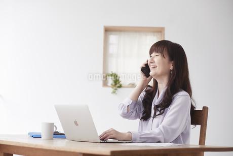 働く女性の写真素材 [FYI04305263]