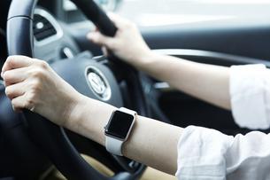 スマートウォッチと車と女性の手の写真素材 [FYI04305282]