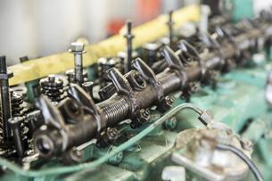 エンジンの整備・修理でシリンダーヘッドを分解の写真素材 [FYI04305302]