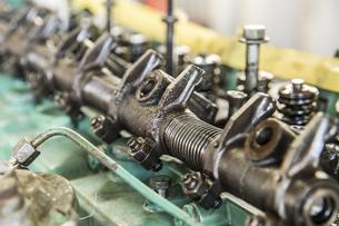 エンジンの整備・修理でシリンダーヘッドを分解の写真素材 [FYI04305303]