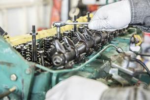 エンジンの整備・修理でシリンダーヘッドを分解の写真素材 [FYI04305304]