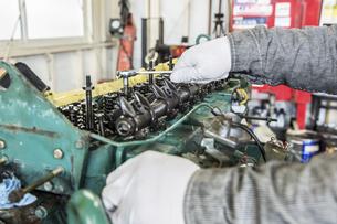 エンジンの整備・修理でシリンダーヘッドを分解の写真素材 [FYI04305306]