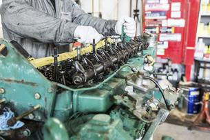 エンジンの整備・修理でシリンダーヘッドを分解の写真素材 [FYI04305307]