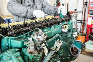 エンジンの整備・修理でシリンダーヘッドを分解の写真素材 [FYI04305308]