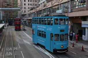 香港の街を行く路面電車トラム。英国植民地時代から走り続ける香港庶民の足の写真素材 [FYI04305383]