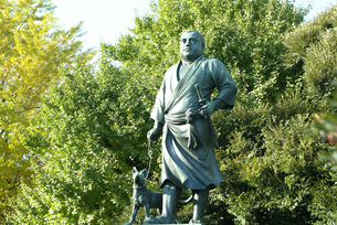 東京の上野公園の西郷隆盛と犬の像  Takamori Saigo and his dog Statue in Ueno Parkの写真素材 [FYI04305435]