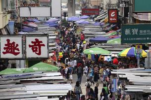 香港・旺角(モンコック/Mong Kok)の通菜街(通称女人街)。さまざまな洋服などの屋台が並ぶの写真素材 [FYI04305499]