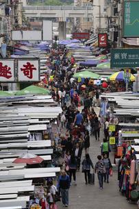 香港・旺角(モンコック/Mong Kok)の通菜街(通称女人街)。さまざまな洋服などの屋台が並ぶの写真素材 [FYI04305500]