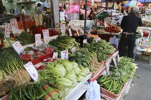 香港・旺角(モンコック/Mong Kok)の青空市場で売られる野菜。日本でなじみの野菜も多いが、見たこともない野菜も売られている。の写真素材 [FYI04305511]