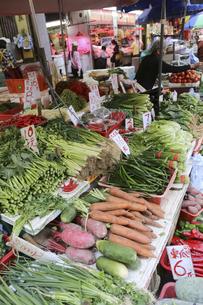 香港・旺角(モンコック/Mong Kok)の青空市場で売られる野菜。日本でなじみの野菜も多いが、見たこともない野菜も売られている。の写真素材 [FYI04305512]