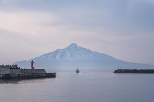 利尻富士と帰港する漁船の写真素材 [FYI04305514]