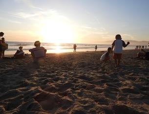 ロサンゼルスにあるベニスビーチの夕日の写真素材 [FYI04305661]