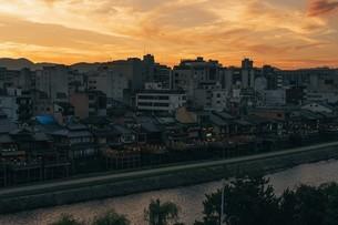 鴨川の夕焼けの写真素材 [FYI04305662]