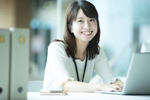 パソコンでデスクワークをする女性社員の写真素材 [FYI04305750]