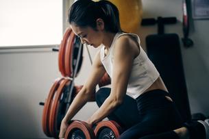ダンベルトレーニングをする日本人女性の写真素材 [FYI04305928]
