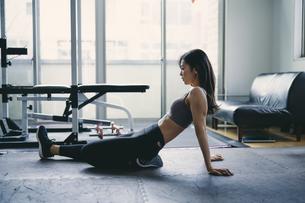 ストレッチをする日本人女性の写真素材 [FYI04305940]