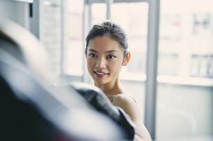 フィットネスボクシングでトレーニングをする日本人女性の写真素材 [FYI04305942]