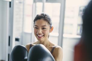 フィットネスボクシングでトレーニングをする日本人女性の写真素材 [FYI04305943]