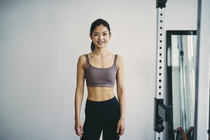トレーニングウェアを着た日本人女性の写真素材 [FYI04305947]