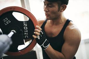 バーベルトレーニングの準備をする日本人男性の写真素材 [FYI04305953]