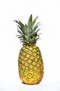 丸ごと1個のパイナップルの写真素材 [FYI04305972]