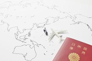 世界地図とパスポートとビジネスマンの写真素材 [FYI04305990]