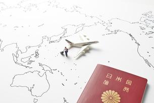 世界地図とパスポートとビジネスマンの写真素材 [FYI04305991]
