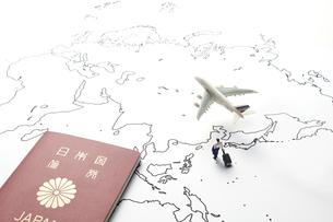 世界地図と飛行機とビジネスマンの写真素材 [FYI04305992]