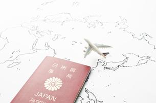世界地図と飛行機とパスポートの写真素材 [FYI04305993]