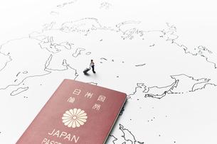 世界地図とパスポートとビジネスマンの写真素材 [FYI04305994]