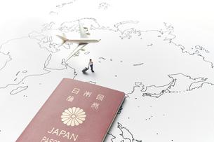 世界地図と旅行者とパスポートの写真素材 [FYI04305995]