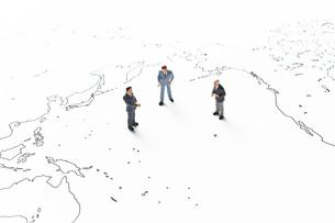 世界地図とビジネスマンの写真素材 [FYI04305997]