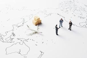 世界地図と物流とビジネスマンの写真素材 [FYI04305998]