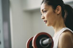ダンベルトレーニングをする日本人女性の写真素材 [FYI04306001]