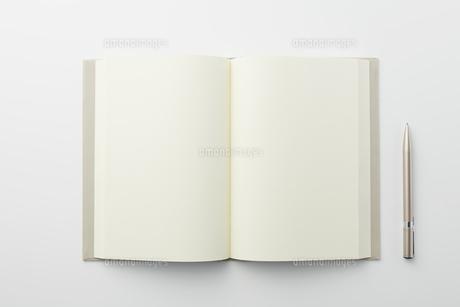 本とペンの写真素材 [FYI04306006]