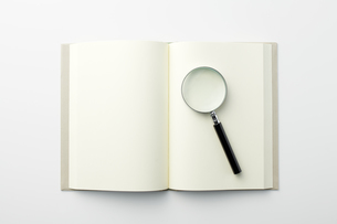 本と虫眼鏡の写真素材 [FYI04306008]