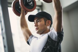 ダンベルトレーニングをする日本人男性の写真素材 [FYI04306009]