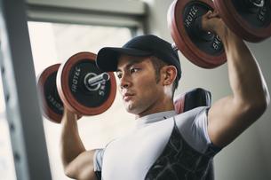 ダンベルトレーニングをする日本人男性の写真素材 [FYI04306011]