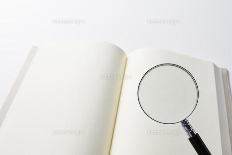 虫眼鏡と本の写真素材 [FYI04306012]