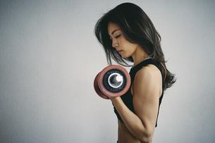 ダンベルトレーニングをする日本人女性の写真素材 [FYI04306030]
