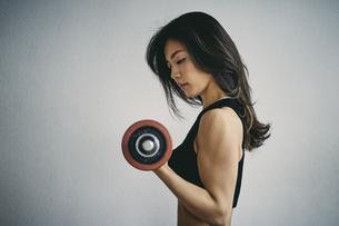 ダンベルトレーニングをする日本人女性の写真素材 [FYI04306033]