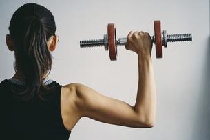 ダンベルトレーニングをする日本人女性の写真素材 [FYI04306039]